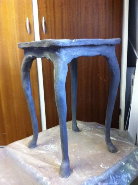 Gammelt træbord får nyt liv og bliver til havepedistal med makemake formbart fiberbeton
