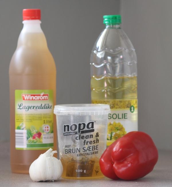 Insektsæbe kan laves med flere ingredienser, bla. olie, hvidløg, eddike... etc.