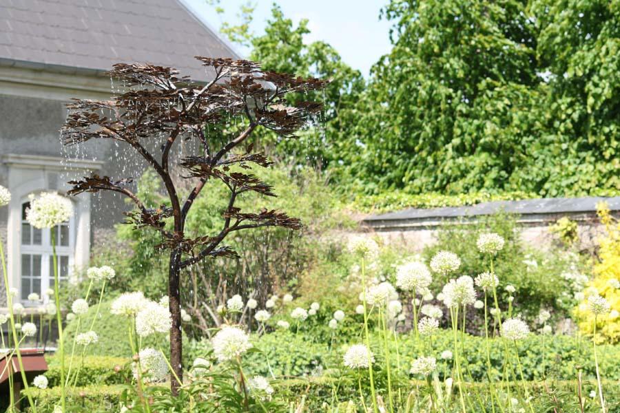 Springvandet var udstillet i den hvide have, og det kunne ses inde fra restauranten.