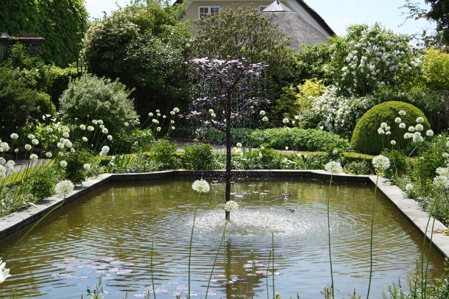 Springvandet var smukt placeret i det store bassin fyldt med karper.