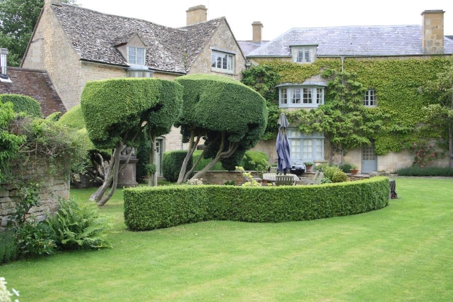 Boblehæk der om kranser terrassen i haven