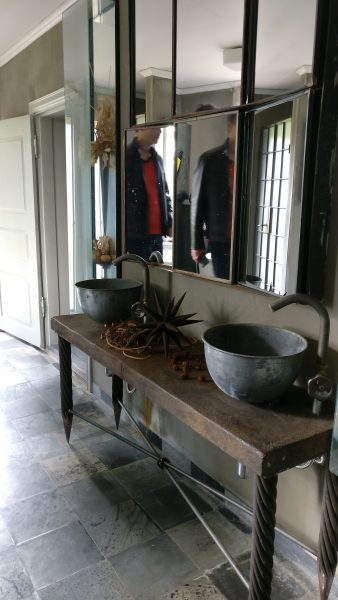 Møbel med 2 vaske på badeværelset på Gunillaberg