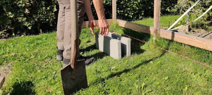 Den første sten til vores punktfundament er blevet sat af.