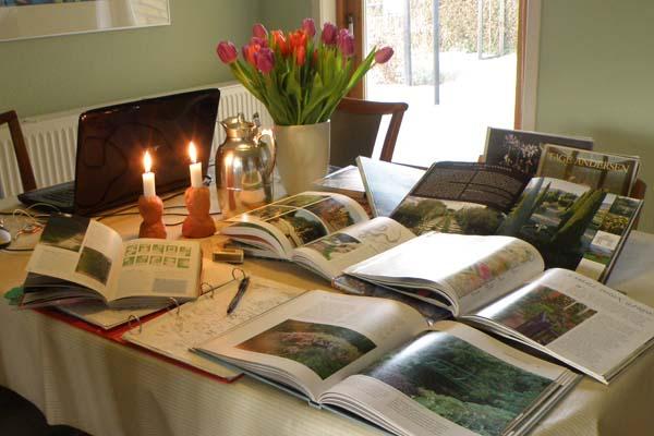 Skøn formiddag med havebøger og kaffe