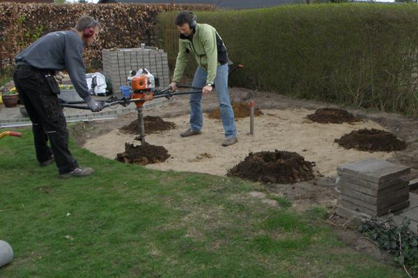 Hullerne til betonrørene blev hurtigt gravet