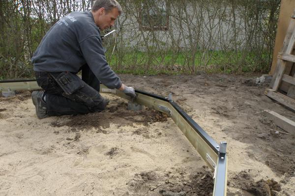Her skrues fundamentet fast til beslag i betonrørene