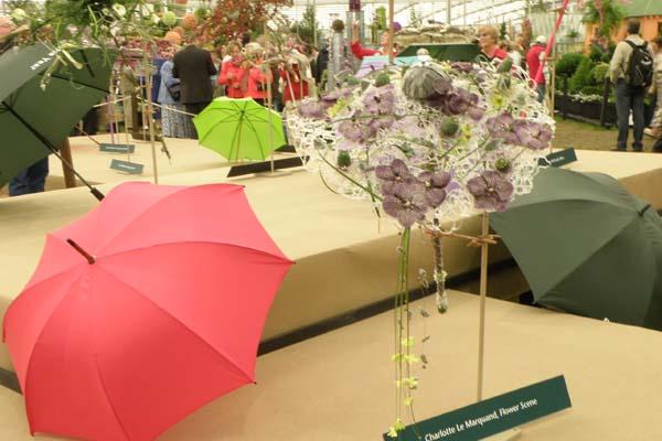 Luftig paraply med skønne blomster