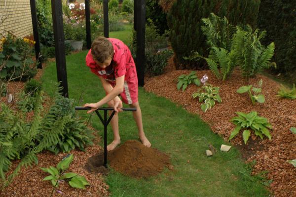 Magnus graver huller - og det går stærkt...