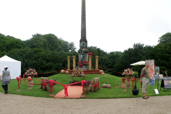 Eventyrlige blomster dekorationer ses rundt om i Frederiksborg slotshave
