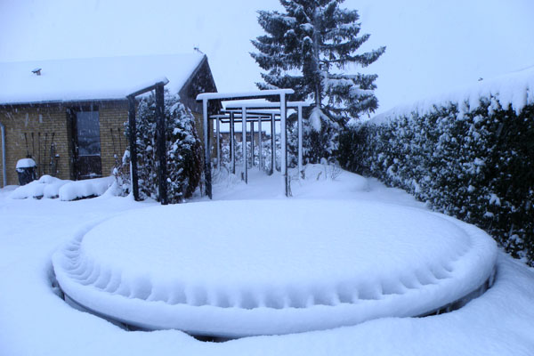Vinterdækket skovsti og trampolin