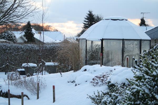 Vinter og frost klædt Classica pavilllon cl 12 - uanset årstid er den utrolig dekorativ i haven