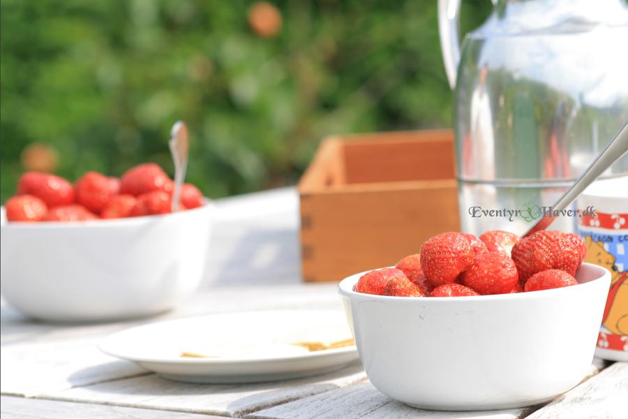 Jordbær og eftermiddagskaffe i haven starten på en dejlig weekend