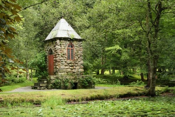 Lille tårn bygget i kampesten og placeret helt eventyrligt rosmantisk ved bredden af en sø