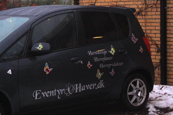 Eventyr Haver's bil med reklame fra Seritex.dk
