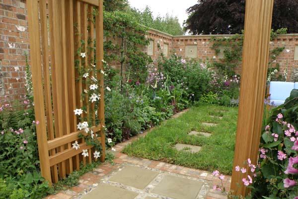 Et kig gennem buen som er indgangen til haven
