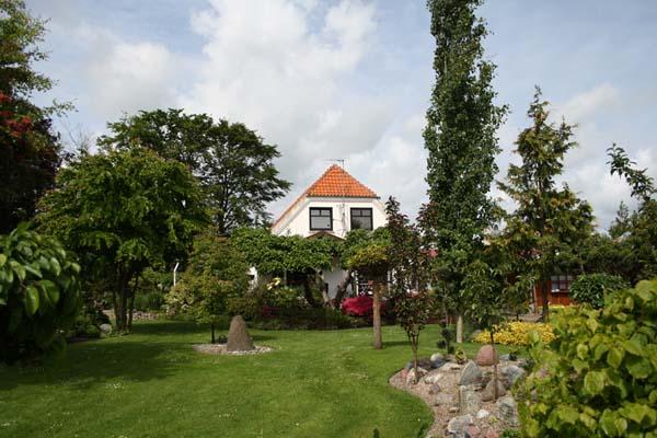 Et kig op mod huset i haven fra Ryaa som er helt fantastisk