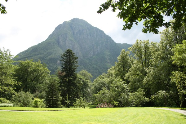 Den smukke landskabshave ligger trygt og godt mellem høje fjelde og fossende elv.