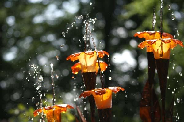 De smukke glasblomster på Halcyon springvandet