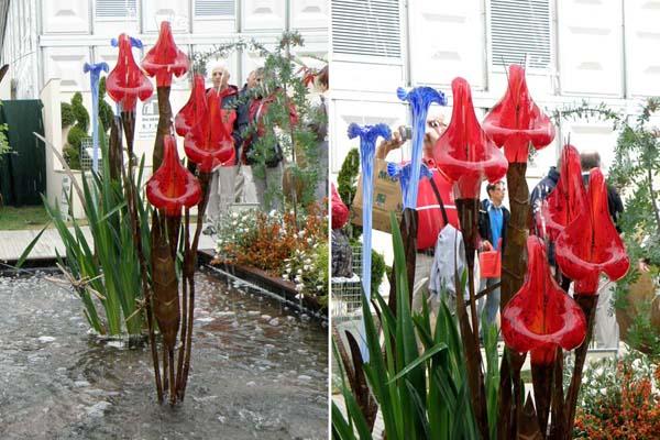 Kallae vandkusnt med røde mundblæste glas blomster