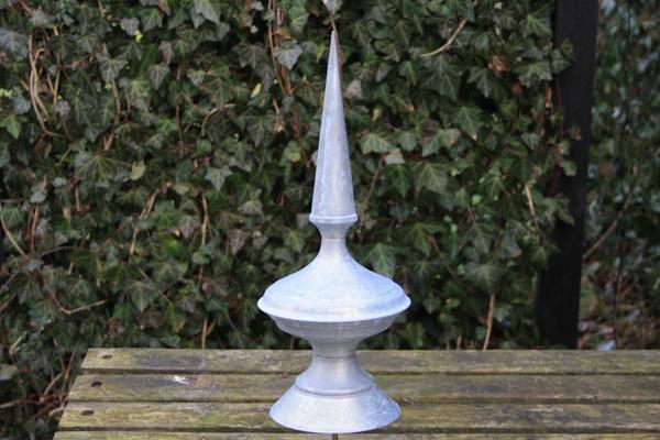 Et spir i zink der skal op i toppen af et tårn i haven
