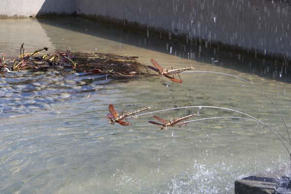 De smukke kobberguldsmede i holder til bassin